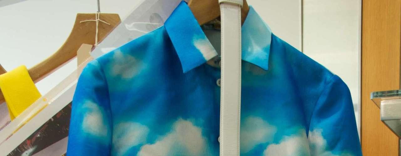 Camisa e saia com estampa de nuvens
