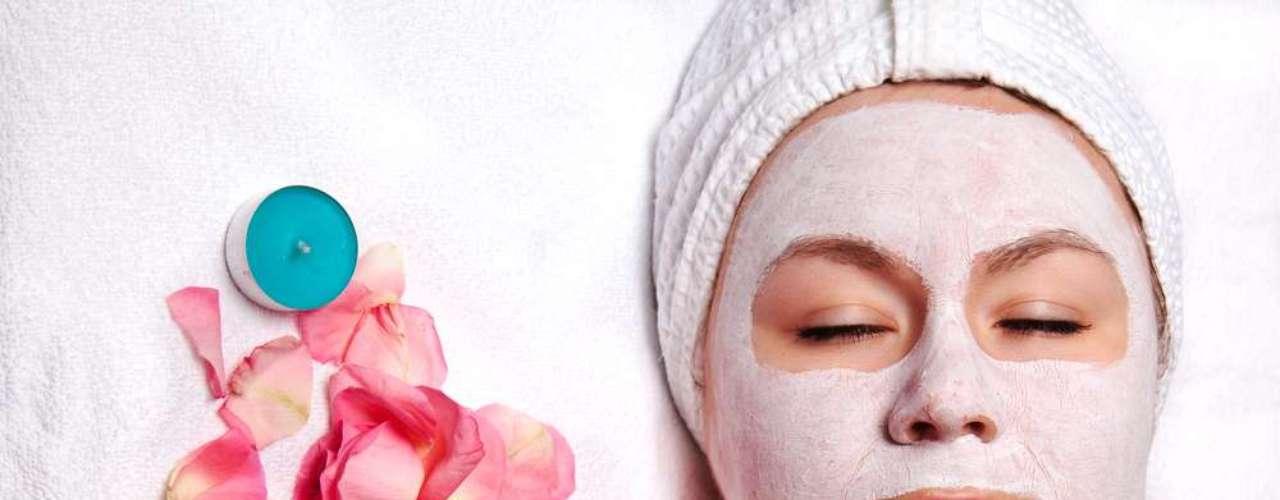 Máscara feita com água de rosas e mel impede o aparecimento de rugas e melhora a textura da cútis