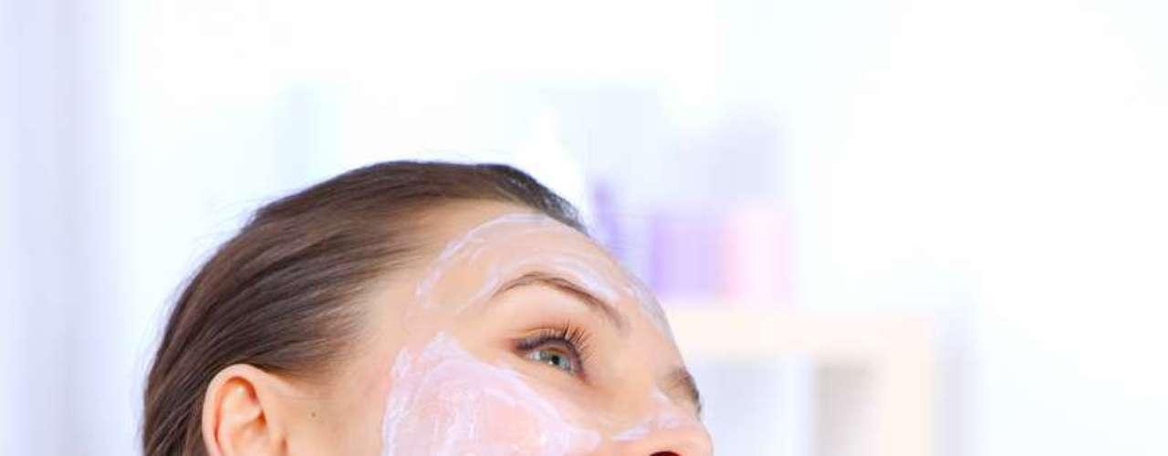 Receita pode ser aplicada uma vez por semana e também tem como função promover a esfoliação facial, renovando as células e devolvendo viço à pele