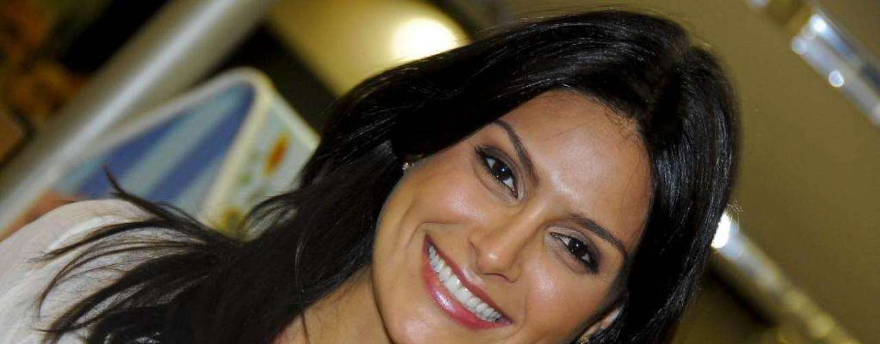 A namorada do cantor Leandro, do trio KLB,  só sai às ruas com filtro solar La Roche Posay fator 50 no rosto para espantar o envelhecimento precoce