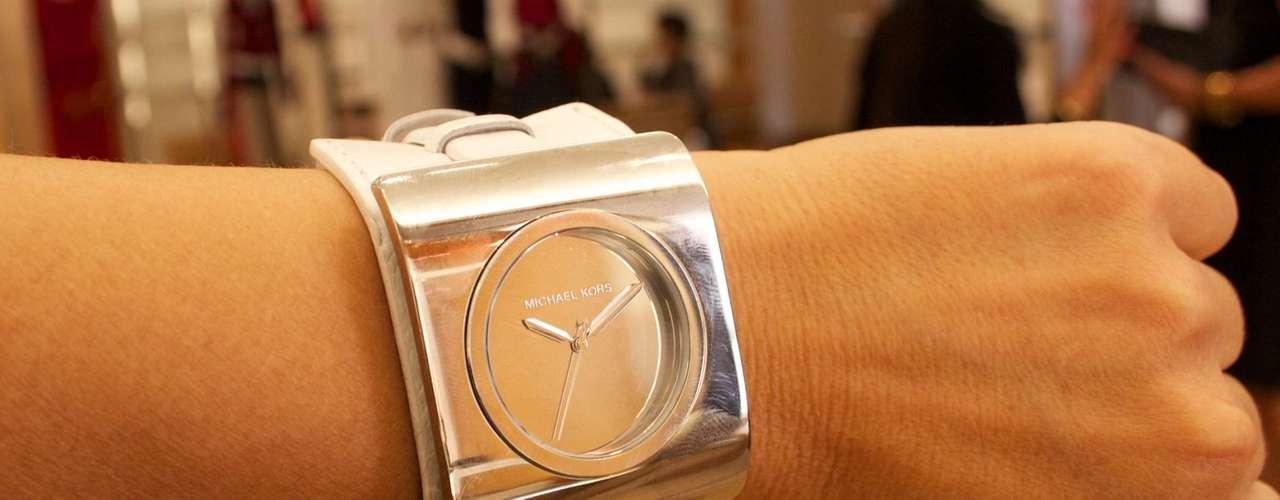 Relógio prateado com pulseira de couro branco