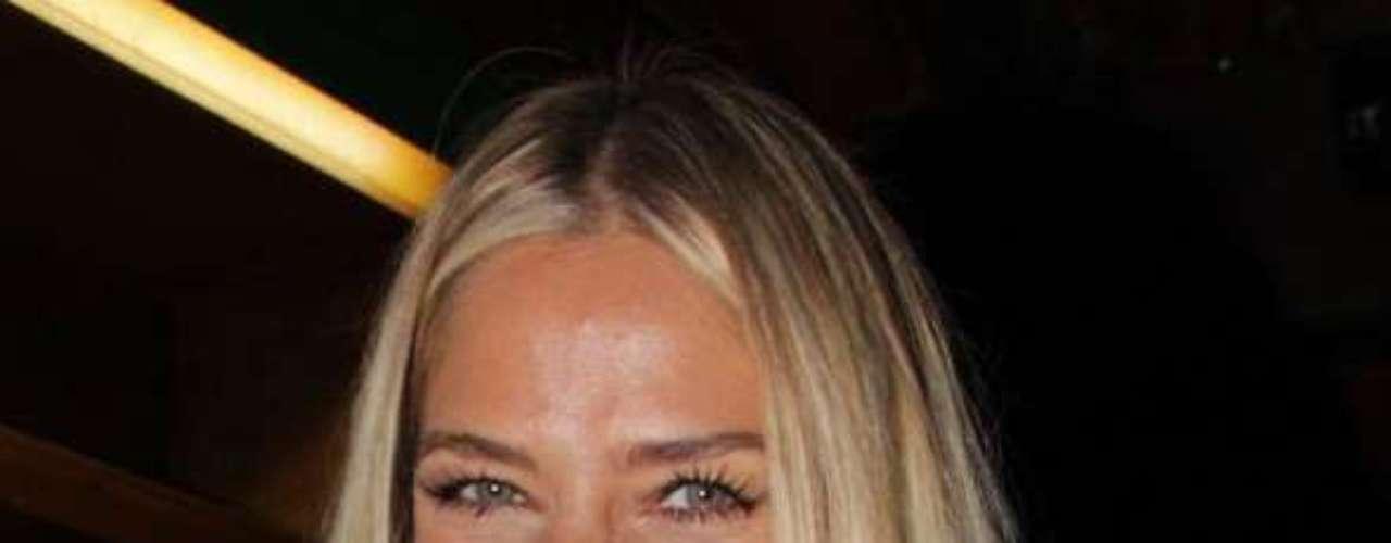 Aos 39 anos, Adriane Galisteu mantém rotina intensa de cuidados com a pele para fugir das famosas linhas de expressão e da ação negativa da maquiagem em excesso