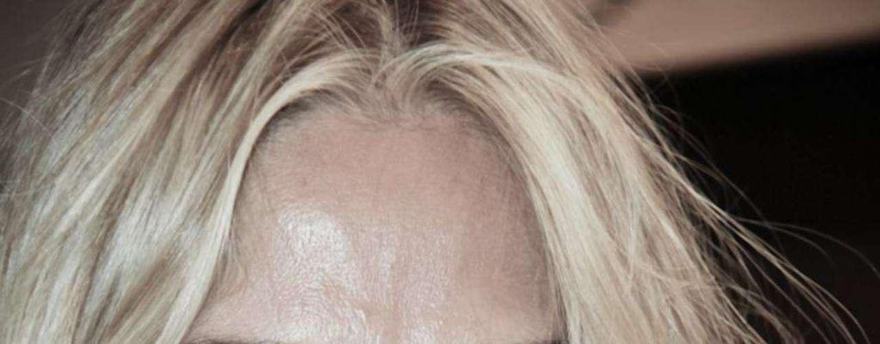 Para fugir da ação negativa do excesso de maquiagem, Adriane limpa bastante a cútis e capricha na hidratação