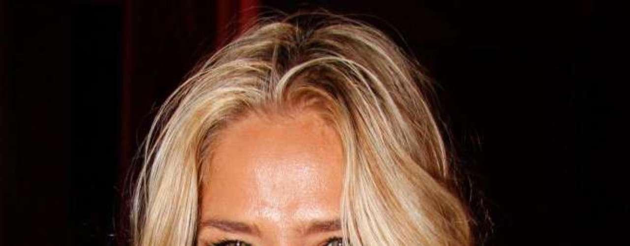 Fã de maquiagem como toda mulher, Adriane Galisteu costuma apostar no trio corretivo, máscara para cílios e blush para aparecer deslumbrante em frente às câmeras