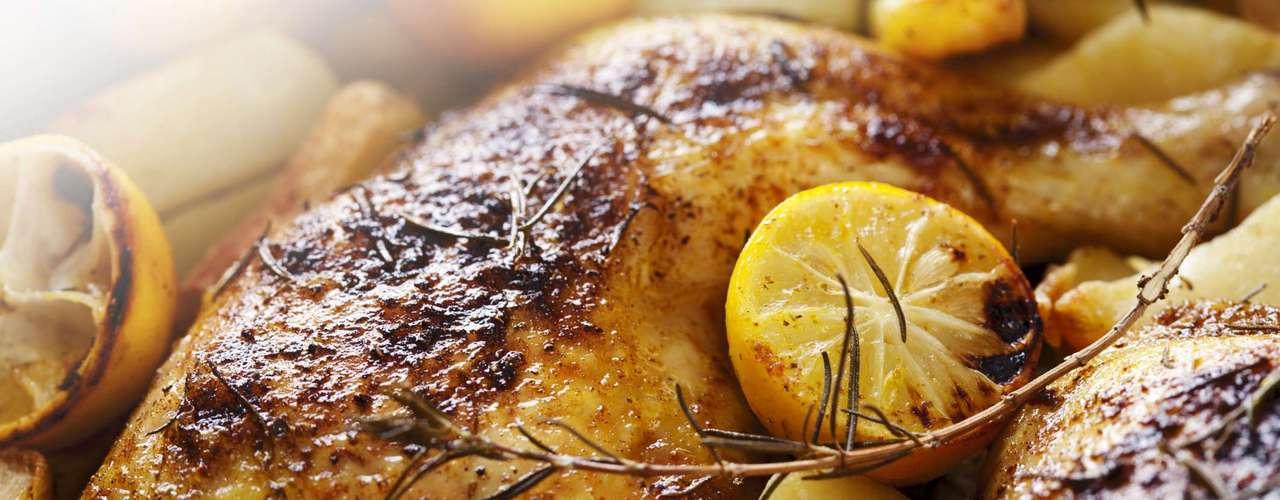 Para o prato principal, vale vitela, filé mignon ou frango, acompanhados de saladas e alimentos variados