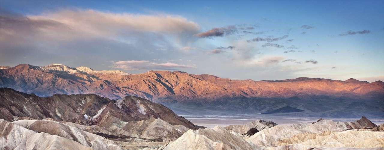 Vale da Morte, Califórnia: este deserto californiano já atingiu temperaturas de 134° Fahrenheit, o que equivale a 56,7° Celsius. No dia 14 de setembro, a Organização Mundial de Meteorologia reconheceu oficialmente o local como o mais quente do mundo ao registrar 57,8 °C