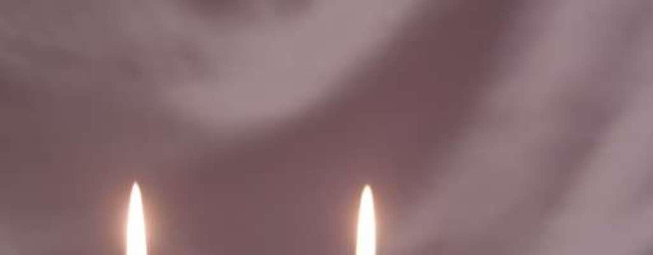 14. Quando ele estiver ocupado em outro canto da casa, desligue todas as luzes tire a roupa, coloque um par de sapatos altos, e use uma vela como luz. O brilho suave vai destacar todas suas curvas