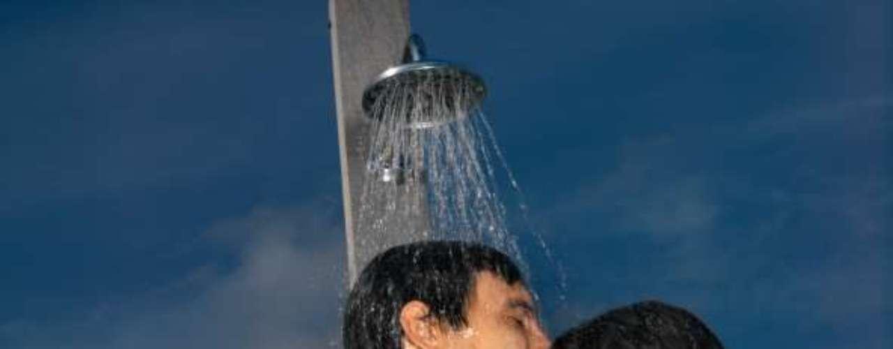 1. Junte-se a ele no chuveiro vestindo uma camiseta branca e nada mais