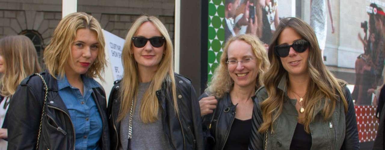 As quatro amigas decidiram adotar a jaqueta de couro preta para compor o visual