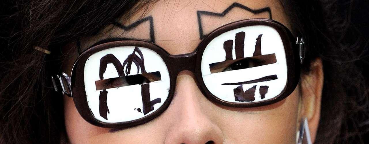 Além da maquiagem nada discreta, a modelo do desfile de Louise Gray ainda desfilou com um óculos que tapava quase completamente seus olhos