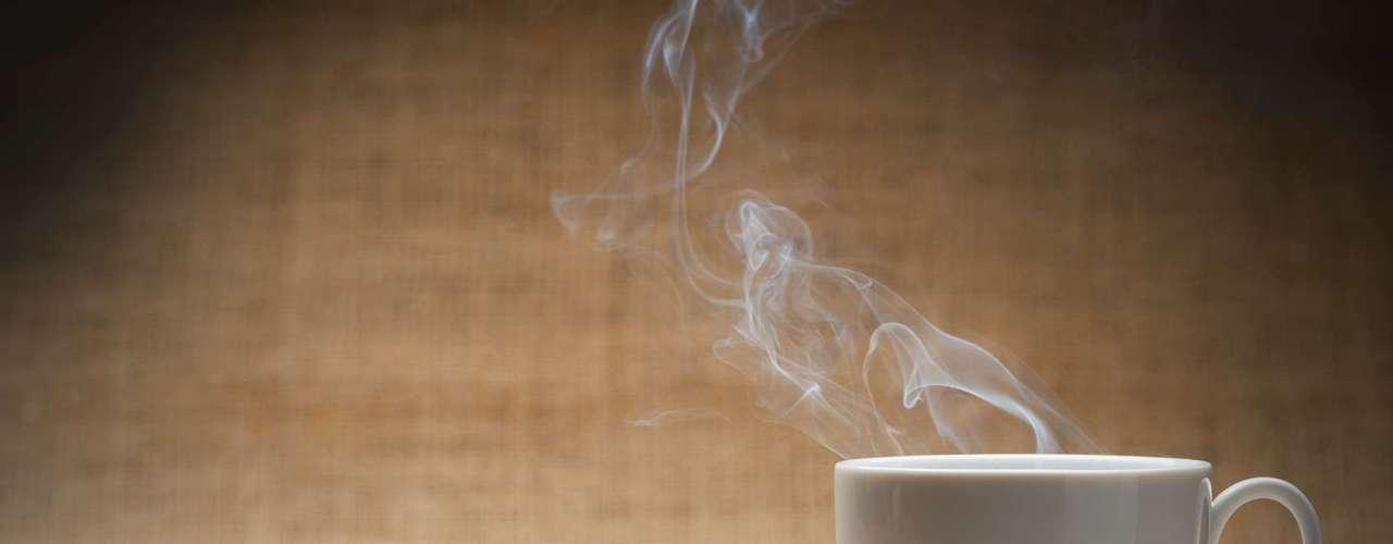 Iguarias condimentadas como curry e pimenta do reino, além do café e chás com cafeína, que aumentam a liberação de adrenalina, também podem fazer com que a pessoa transpire mais. Já o álcool pode aumentar a produção de suor por ser vasodilatador