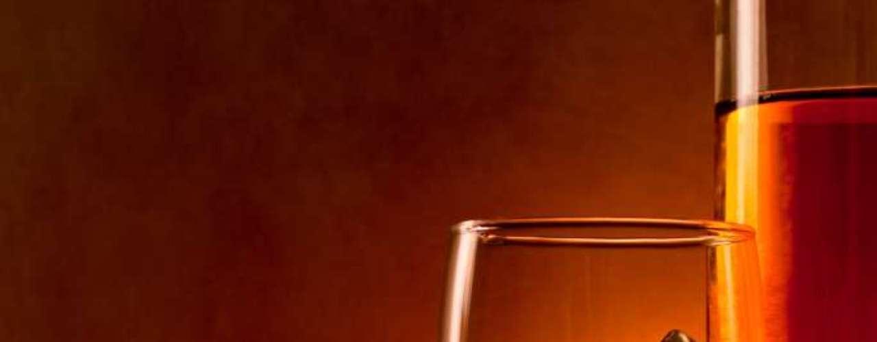 Forti diz que o copo deve ter uma abertura maior para ajudar a liberar os aromas, mas afirma que até taças de vinho branco têm sido usadas por mulheres, para tirar um pouco do estigma masculinizado que a bebida carrega no Brasil.  \