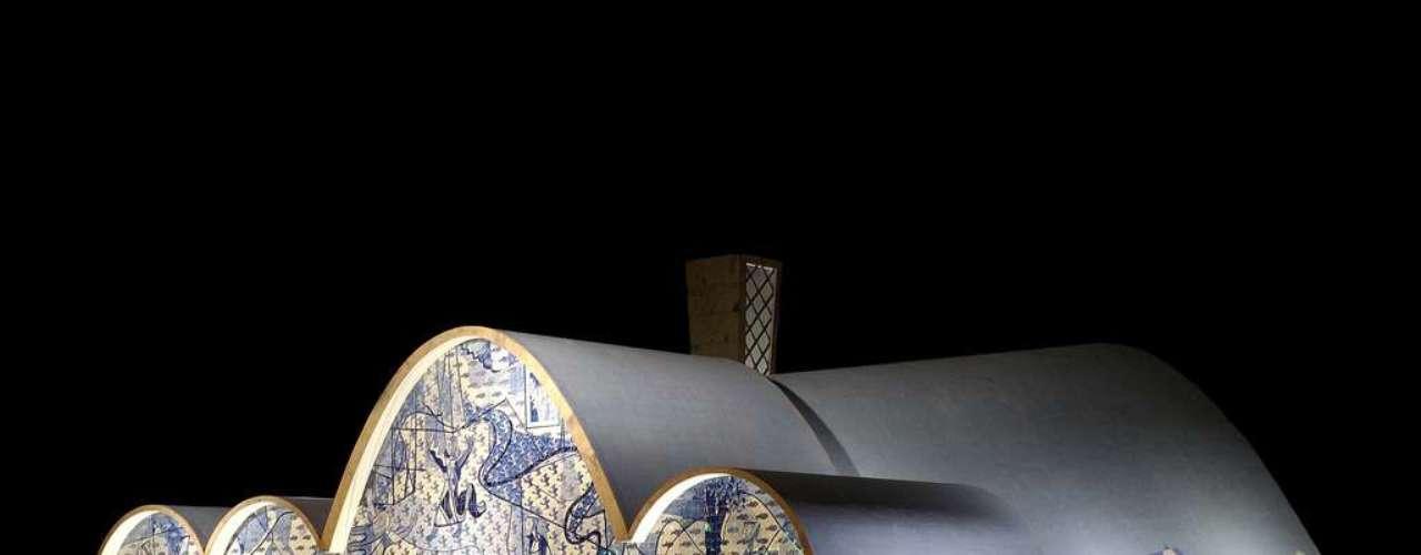 Igreja da Pampulha, Belo Horizonte, Minas Gerais: criada por Oscar Niemeyer e inaugurada em 1943, a Igreja de São Francisco de Assis, mais conhecida como Igreja da Pampulha, é um dos mais célebres cartões-postais da capital mineira. Situada à beira da Lagoa da Pampulha, a igreja cria um belo visual no melhor estilo do mais famoso arquiteto brasileiro