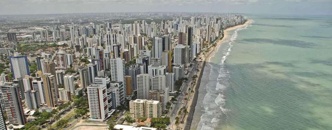 Praia de Boa Viagem, Recife, Pernambuco: com cerca de 7 km de extensão, a Praia de Boa Viagem  é a principal praia urbana de Recife, frequentada tanto por turistas quanto por locais. Protegida por uma barreira de recifes, a praia tem piscinas naturais formadas durante a maré baixa, formando um lindo visual
