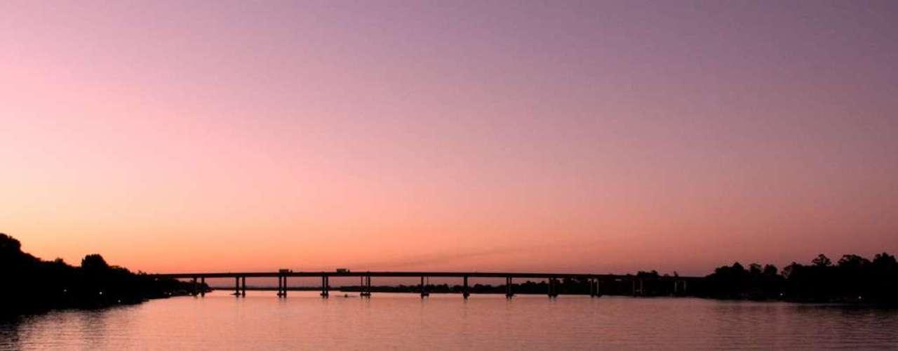 Lago Guaíba, Porto Alegre, Rio Grande do Sul: grande lago de quase 500 km², o Lago Guaíba oferece belas paisagens de Porto Alegre. Os habitantes da cidade aproveitam os cerca de 85 km de margem da cidade sobre o lago para caminhadas e contato com a natureza, curtindo um belo pôr do sol em suas águas