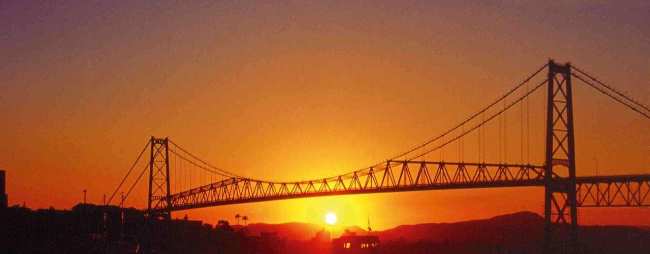 Ponte Hercílio Luz, Florianópolis, Santa Catarina: inaugurada em 1926 para ligar a ilha de Santa Catarina ao continente, a Ponte Hercílio Luz se transformou no maior cartão-postal de Florianópolis. A ponte fica especialmente bela à noite, totalmente iluminada