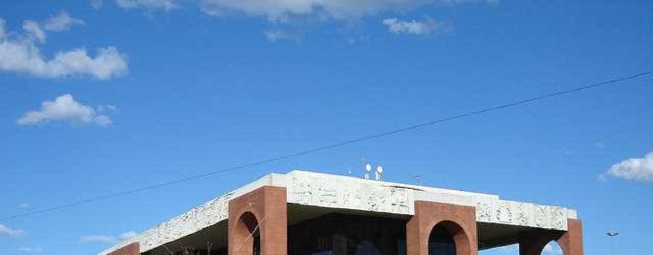 Palácio do Araguaia, Palmas, Tocantins: sede do governo  do Tocantins, o Palácio do Araguaia foi inaugurado em 1991 na Praça dos Girassois. Com uma arquitetura moderna, o Palácio é o principal cartão-postal da cidade, ocupando uma área de 14 mil metros quadrados na que é considerada a maior praça pública da América