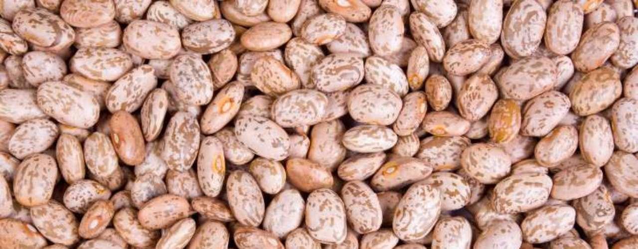 Feijão-carioca: o grão de feijão carioca é bege e apresenta listras marrons. Esta é uma das variedades mais consumidas, em todo o país e é ingrediente básico de pratos como o virado à paulista