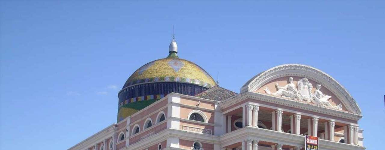 Teatro Amazonas, Manaus, Amazonas: construído entre os anos 1884 e 1896, o Teatro Amazonas é um vestígio da época de glória de Manaus, durante o ciclo da borracha. Artistas, arquitetos e escultores, assim como diversos materiais utilizados na obra, foram trazidos da Europa para criar esta pérola da arquitetura brasileira