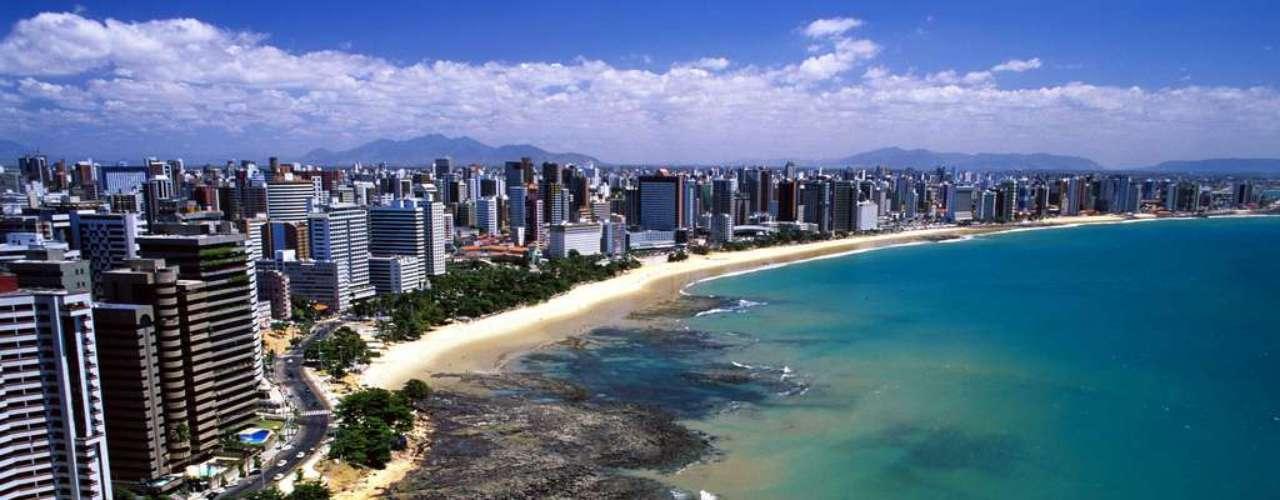 Praia de Iracema, Fortaleza, Ceará: além de ser um dos principais cartões-postais de Fortaleza, a Praia de Iracema é um ponto de encontro para jovens e adultos, em suas areias durante o dia e em seus bares e restaurantes durante a noite. A praia se estende por cerca de 1 km com águas azuis e prédios residenciais