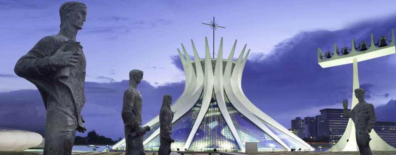 Catedral de Brasília, Brasília, Distrito Federal: mais conhecida como Catedral de Brasília, a Catedral Metropolitana de Nossa Senhora Aparecida é uma das mais emblemáticas obras de Oscar Niemeyer das muitas que se encontram na capital do Brasil. Situada na Esplanada dos Ministérios, a Catedral é inconfundível for sua estrutura em forma de coroa criada por dezesseis pilares de concreto