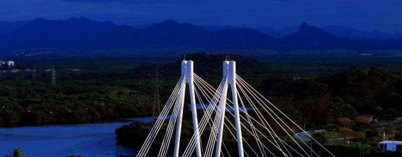 Ponte da Passagem, Vitória, Espírito Santo: inaugurada em 2009, a Ponte da Passagem se transformou rapidamente em um dos cartões-postais mais característicos da capital capixaba. A ponte estaiada tem 270 metros de extensão e serve para o tráfego de automobilistas, ciclistas e pedestres