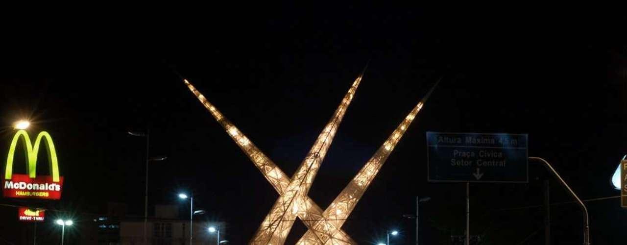 Viaduto Latiff Seba, Goiânia, Goiás: situado no coração de Goiânia, o Viaduto Latiff Seba se destaca por suas três grandes torres com altura de 56 metros. Símbolo inconfundível da cidade, as torres ganham um ar ainda mais impressionante com sua iluminação após o pôr do sol