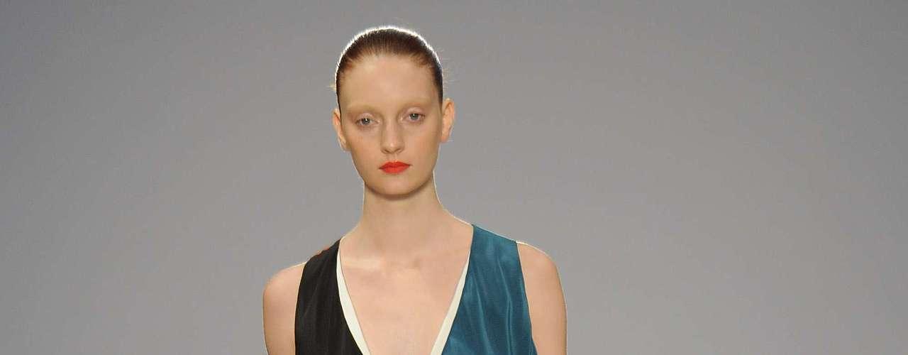 Paul Smith mostra a tendência de lenços tanto na estampa quanto na fluidez do vestido de vários tons