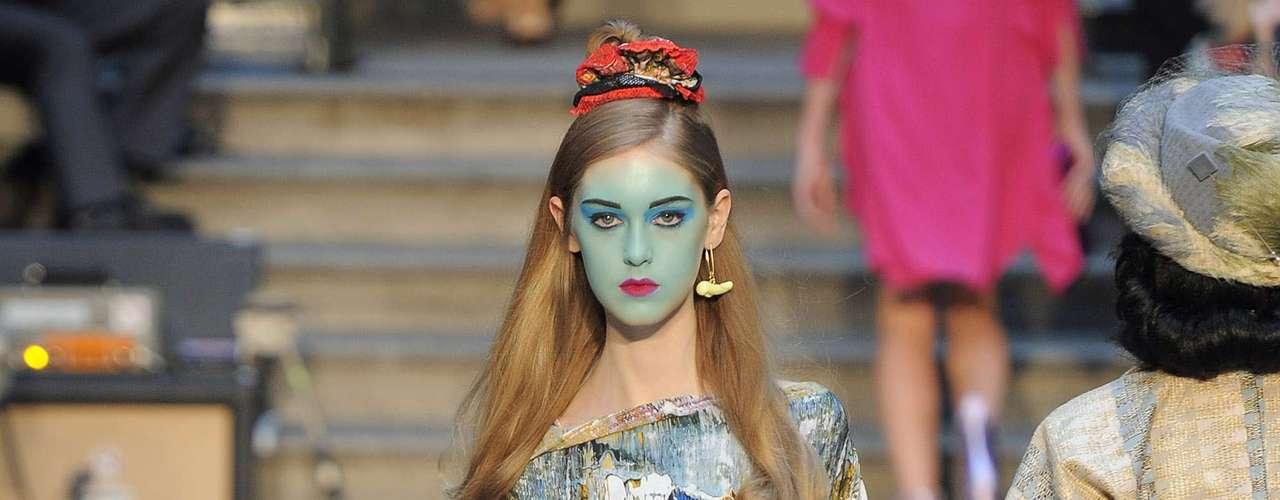 Calma, não é preciso sair com a cara azul para estar na moda, mas a estampa manchada proposta por Vivienne Westwood é uma aposta certa para a primavera