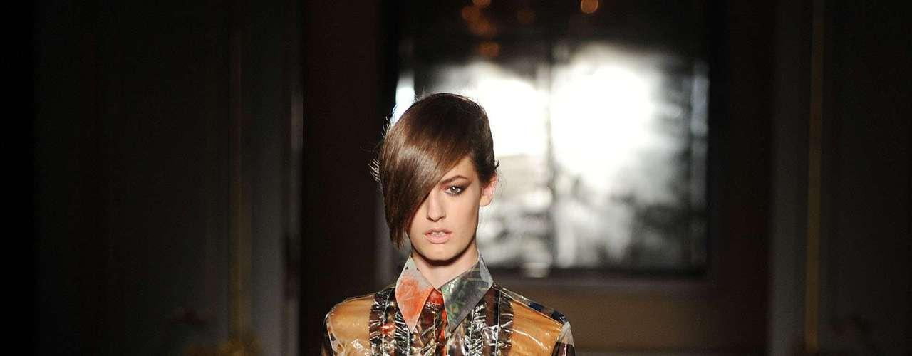 A Fashion East optou por camisa e shorts estampados, com aspecto metalizado para formar seu conjuntinho
