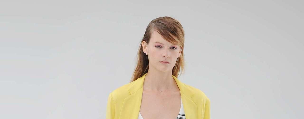 A cor amarela forma esse conjunto que mistura casaco leve e comprido e calça mais folgadinha, da Topshop Unique