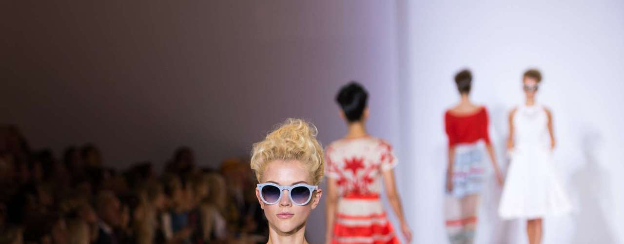 O branco todo estampado apareceu no desfile de Alice Temperley, que trouxe modelos acinturados e detalhes em azul, laranja e vermelho. O sapato amarelo completa o clima colorido da estação