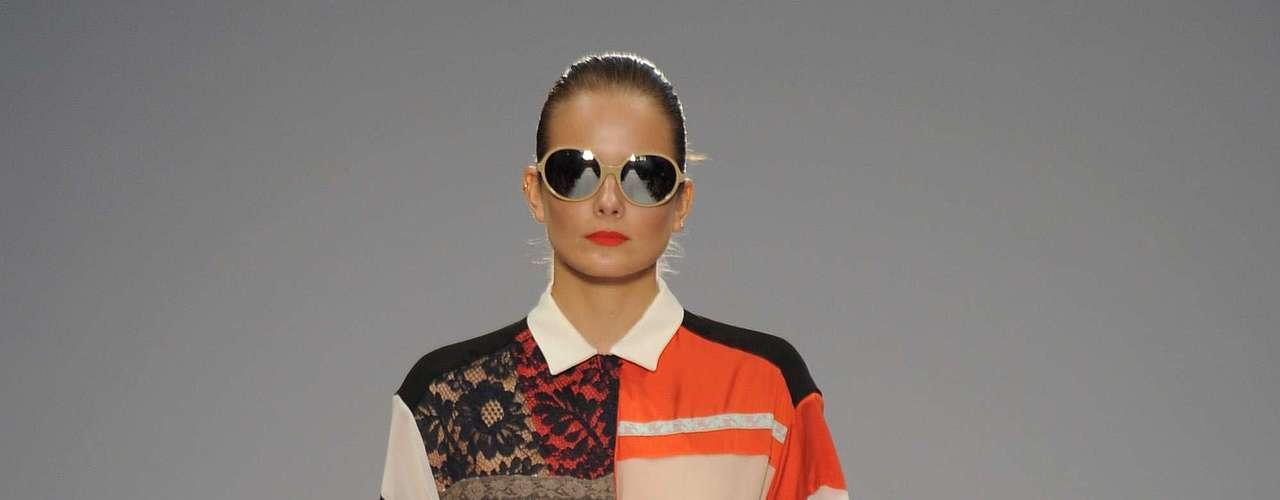 O vestido tipo camisa, mais largo, de Paulo Smith, mistura cores, padronagem e até plissado, colocado de um lado só: tendência forte para a primavera-verão 2013