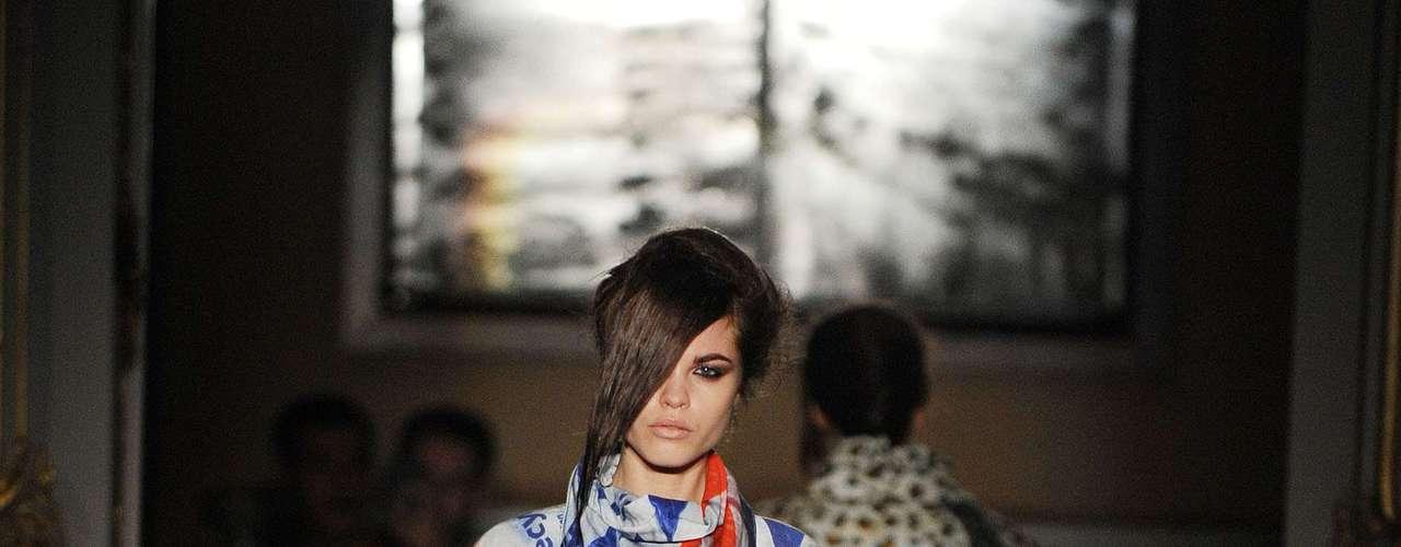 Geometria em tons contrastantes impera nessa peça desfilada pela grife Fashion East