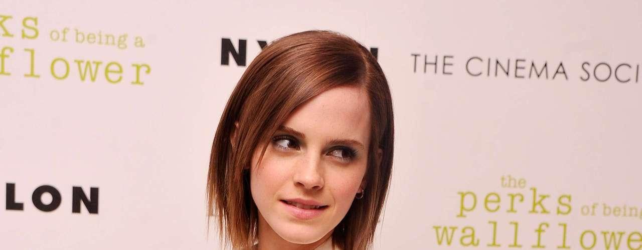 Mais discreta, a atriz Emma Watson foi destaque em um evento em Nova York ao usar um vestido com o já famoso decote side boob, que tem a cava das mangas profundas e faz com que a lateral de fora dos seios fique levemente à mostra