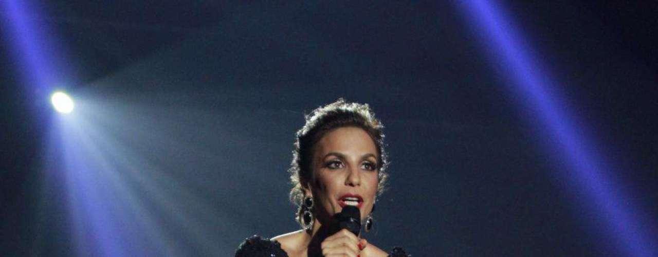 Ivete Sangalo usa vestido rendado da estilista Leticia Brosntein que deixa as pernas à mostra, mas sem exageros. Look de estrela viável para muitas mulheres