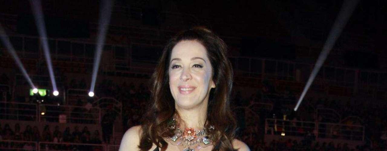 Claudia Raia aposta em mix de estampas com preto, numa proposta moderna e elegante. O vestido da marca italiana Missoni foi combinado com colar e sapatilhas estampadas. Aposte