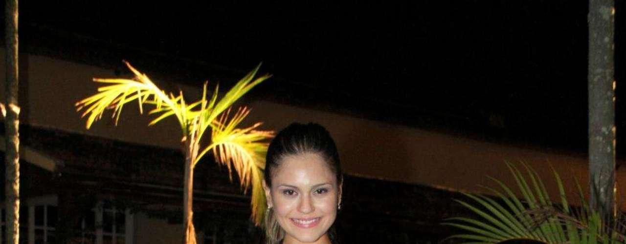 O vestido usado por Jessika Alves tem recorte em tom nude que simula que as laterais do corpo estão descobertas. O modelo deve ser usado por jovens como ela