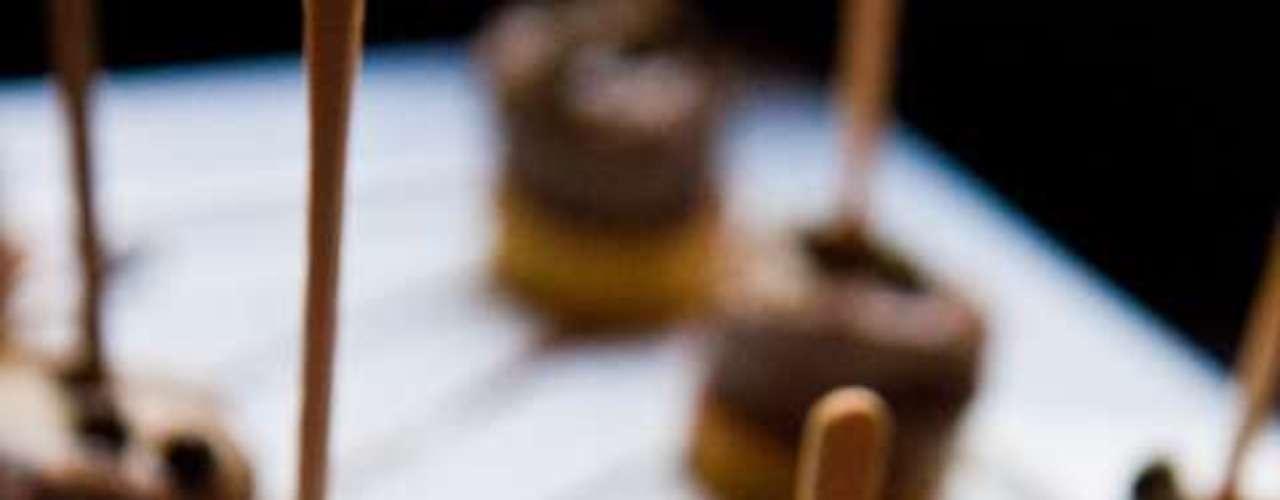 Greenwich Mini Steak ( rodela de batata doce crocante, com um tenro mini  medalhão de filé mignon e o tradicional molho poivre) por R$28, no Rhino Pub