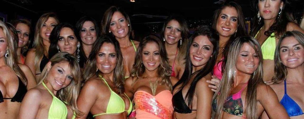 A Panicat foi uma das juradas e posou ao lado das candidatas, que se apresentaram de biquíni