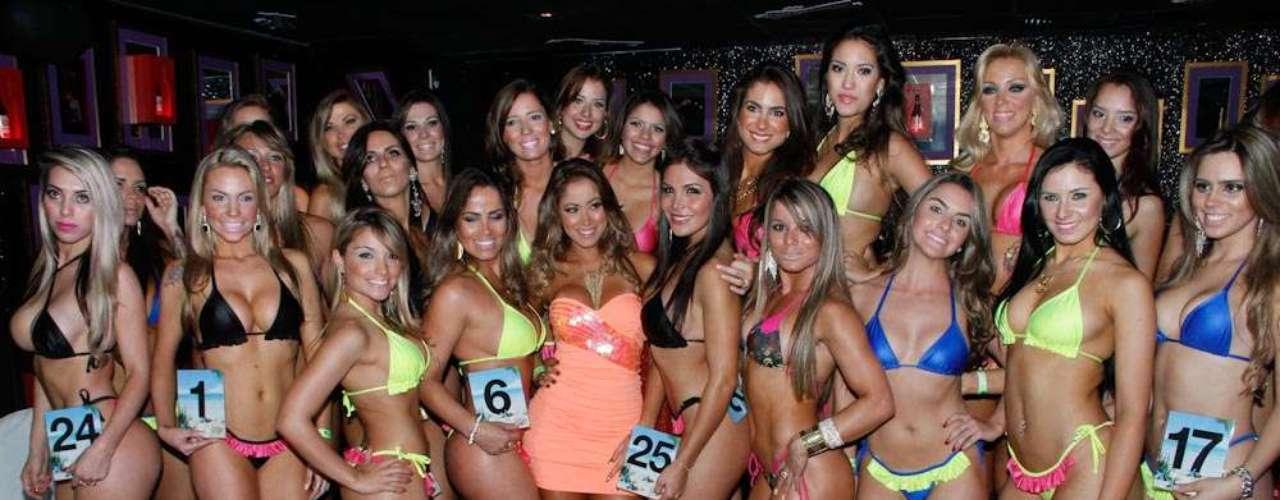 A Panicat Carol Narizinho ao lado das candidatas do concurso A Bela da Praia