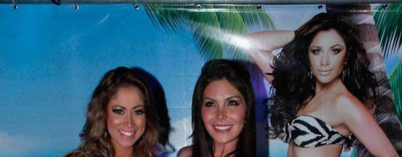Narizinho posa ao lado da vencedora do concurso A Bela da Praia, Maira Aragon