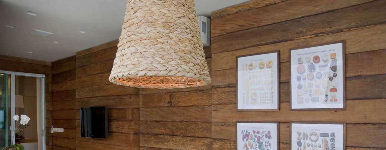 Materiais nobres, como o mármore, são mesclados às fibras rústicas e madeiras naturais, trazendo o equilíbrio perfeito entre sofisticação e aconchego