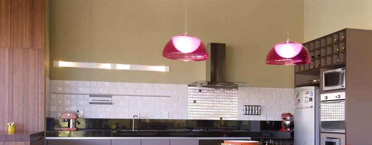 Neste projeto da arquiteta Beth Rosso, a cozinha e a varanda foram integradas e transformadas em um grande espaço gourmet de 120 m². Informações: (61) 3244-1939