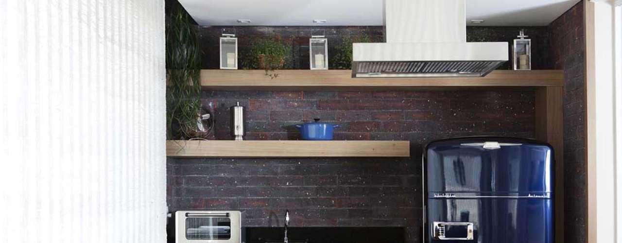 Os tijolos ingleses deram um ar rústico-chique ao espaço gourmet dessa varanda projetada por Andrea Teixeira e Fernanda Negrelli. Informações: (11) 3045-1859