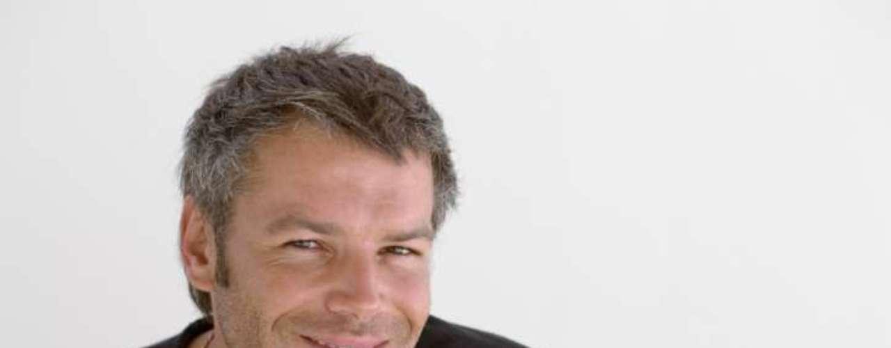 Sorria: numerosos estudos científicos mostram que o ato de sorrir mesmo quando você se obriga a isso, produz alterações biológicas em seu corpo e cérebro. Ficar com um rosto feliz pode ajudar a acabar com qualquer tipo de nervosismo, inclusive o do primeiro encontro. Se você se sentir ridículo sorrindo em um quarto sozinho, ligue a TV e coloque em um canal de comédia