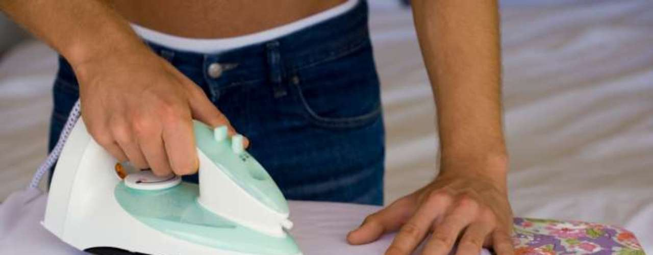 Passe sua camisa: há duas razões para passar cinco minutos engomando a camisa antes de um primeiro encontro. A primeira é para que você fique apresentável. A segunda é que uma atividade repetitiva, como passar, pode induzir efeitos no cérebro semelhantes à meditação. Se a sua mente começa a vagar, foque sua atenção suavemente para trazê-la de volta