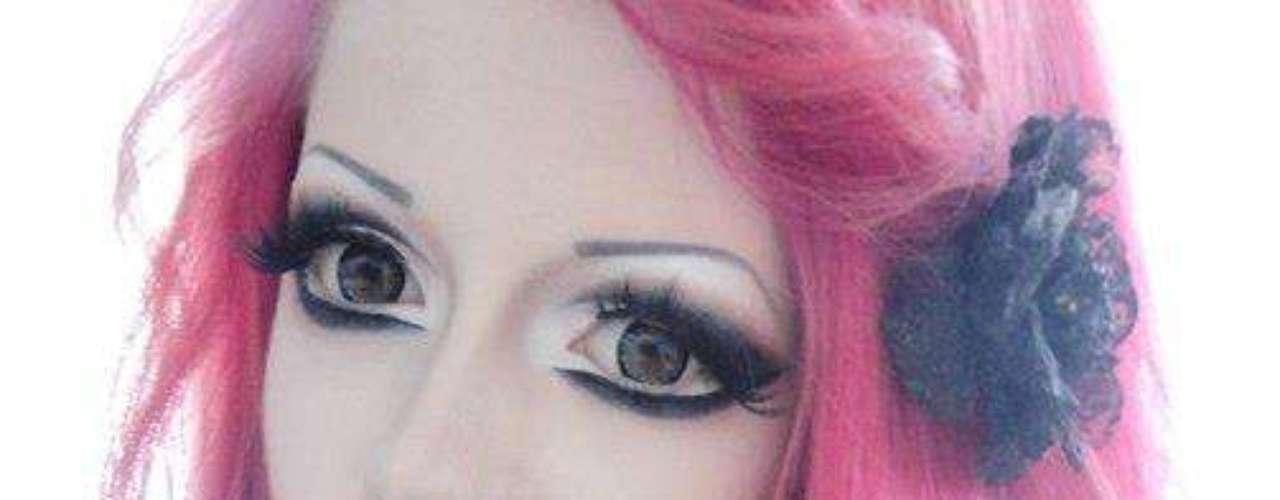 A menina aplica técnicas de maquiagem, que ressaltavam os olhos