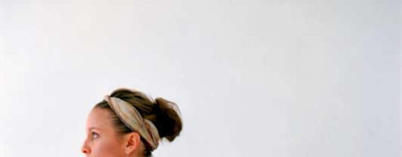 Os tecidos musculares, tendões e ligamentos se tornam menos elásticos com a idade. Por isso, aqueles que se esquecem dos alongamentos ou raramente os fazem correm o risco de perder ainda mais a flexibilidade com o tempo. De qualquer forma, alguns exercícios são responsáveis por ajudar e outros por piorar o corpo nesse quesito. Por isso, o site Health listou o que deve ser feito e o que deve ser evitado