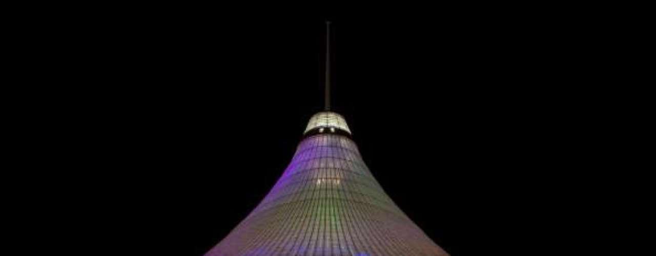 Maior tenda, Khan Shatyr Tent, Astana, Cazaquistão: o Centro de Entretenimento Khan Shatyr é uma tenda gigante e transparente com um teto de vidro construído em 2006. Com 154 metros de altura, desenhada por Norman Foster, é considerada a maior estrutura tênsil do mundo e equivale a 10 estádios de futebol, em um espaço que abriga lojas, parque, ruas, um rio com barcos e uma praia com palmeiras e areia branca trazida das Maldivas
